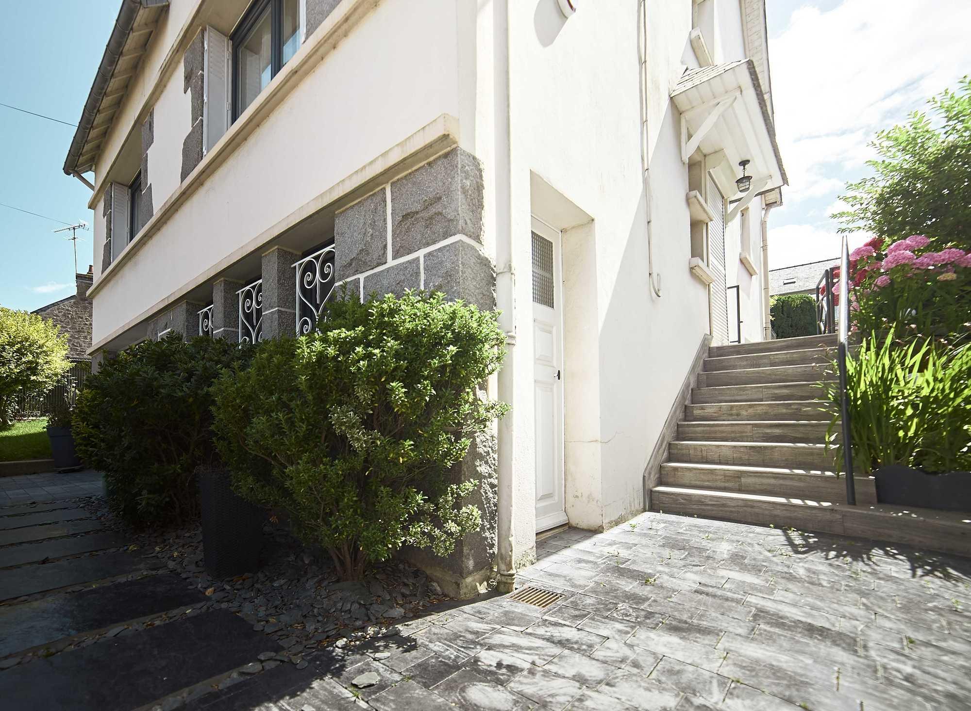 Entrée, escalier, terrasse, palissades