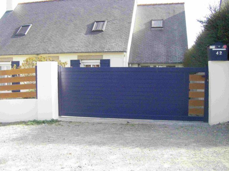 Portail bleu coulissant manuel - Plérin
