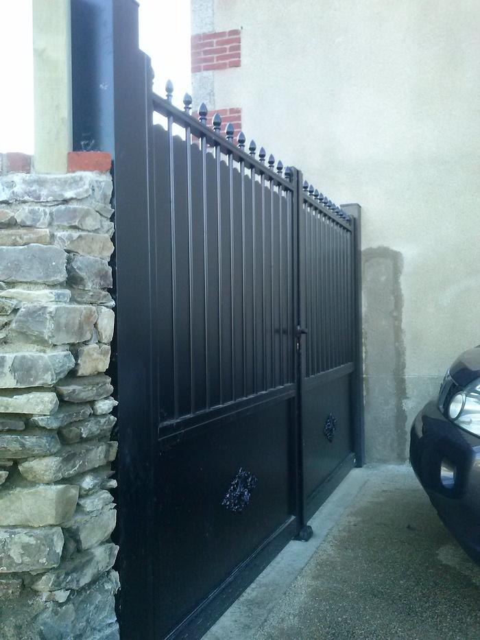 Portail métal style classique muret pierre - Pordic