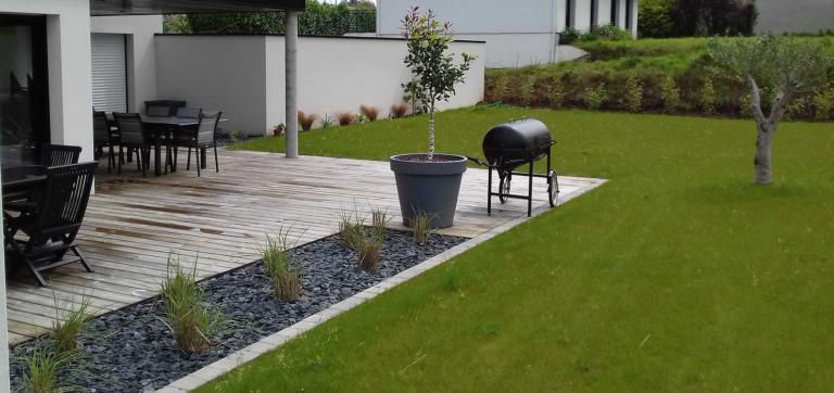 Terrasse en bois - intégration jardinière avec paillage ardoise et graminées